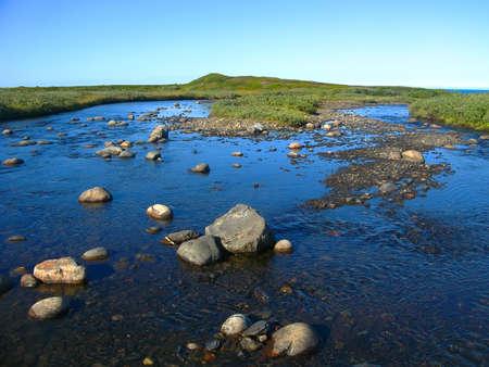 背景ぼやけてビュー風景浅い川台地の上を流れると、ムルマンスク地域 Rybachiy 半島にはバレンツ海に流れ込む