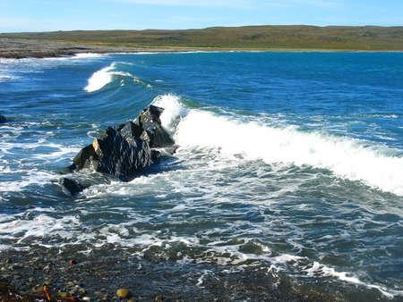 背景ぼやけてバレンツ海、ムルマンスク地域に Rybachiy 半島の海岸の近くの風景波