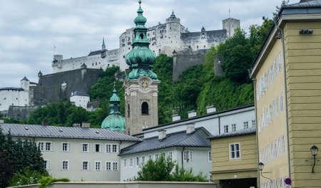 ホーエン ザルツブルク城塞など、周囲の丘やザルツブルク、オーストリアの山の壁の背景風景を見る