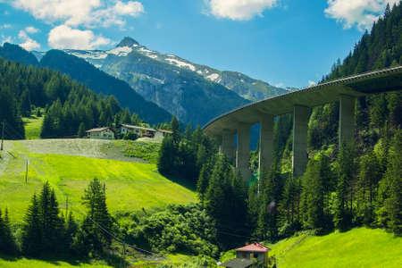 ボルツァーノ近くの山に高速道路、アルプスの山の峰の背景ビュー 写真素材