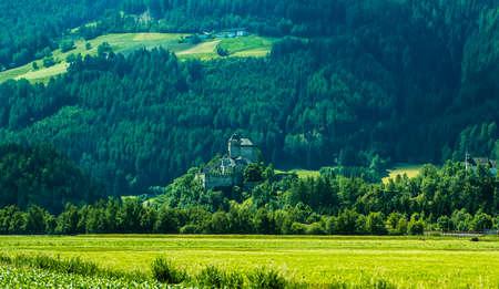 チロル、オーストリアの小さな高山村の背景の風景 写真素材