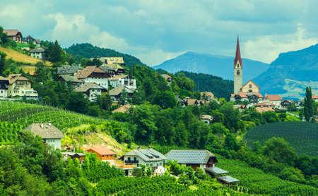 山間、緑の谷、イタリアのアルプスの村 写真素材
