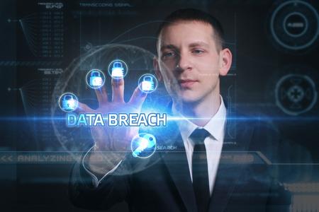 ビジネス、技術、インターネット、ネットワークのコンセプトです。未来の仮想画面に取り組んでいる青年実業家と碑文を見ている: データ漏洩