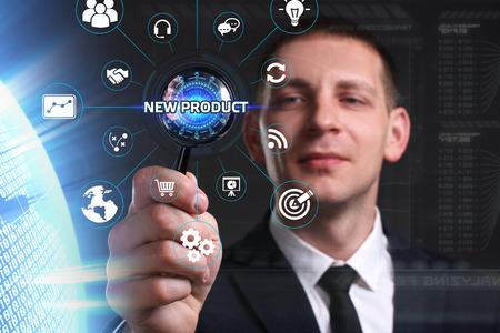 ビジネス、技術、インターネット、ネットワークのコンセプトです。未来の仮想画面に取り組んでいる青年実業家と碑文を見ている: 新製品