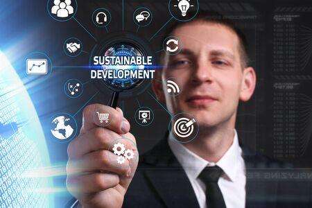desarrollo sostenible: Negocio, Tecnología, Internet y el concepto de red. hombre de negocios joven que trabaja en una pantalla virtual del futuro y ve la inscripción: el desarrollo sostenible