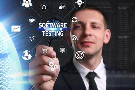 ビジネス、技術、インターネット、ネットワークのコンセプトです。未来の仮想画面に取り組んでいる青年実業家と碑文を見ている: ソフトウェア  写真素材