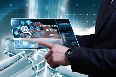ビジネス、技術、インターネット、ネットワークのコンセプトです。未来の仮想画面に取り組んでいる青年実業家と碑文を見ています。