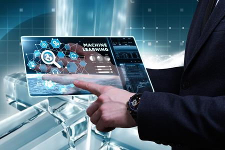 Concepto de negocio, tecnología, Internet y red. Joven empresario trabajando en una pantalla virtual del futuro y ve la inscripción. Foto de archivo - 69432006