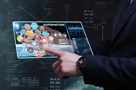 Business, technologie, internet en netwerkconcept. Jonge zakenman werkt aan een tablet van de toekomst, hij ziet de inscriptie: automatisering