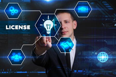 Concept d'affaires, technologie, Internet et réseau. Jeune homme d'affaires travaillant sur un tableau virtuel du futur, il voit l'inscription: licence