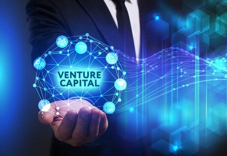 ビジネス、技術、インターネット、ネットワークのコンセプトです。未来の仮想画面に取り組んでいる青年実業家と碑文を見ている: ベンチャー キ 写真素材