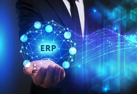 ビジネス、技術、インターネット、ネットワークのコンセプトです。未来の仮想画面に取り組んでいる青年実業家と碑文を見ている: ERP