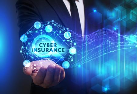 ビジネス、技術、インターネット、ネットワークのコンセプトです。未来の仮想画面に取り組んでいる青年実業家と碑文を見ている: サイバー保険
