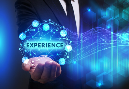 ビジネス、技術、インターネット、ネットワークのコンセプトです。未来の仮想画面に取り組んでいる青年実業家と碑文を見ている: 経験
