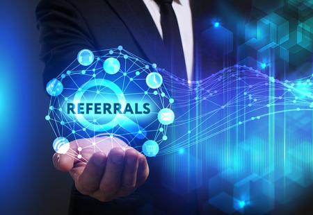 Negocio, Tecnología, Internet y el concepto de red. hombre de negocios joven que trabaja en una pantalla virtual del futuro y ve la inscripción: Referidos Foto de archivo - 75839608