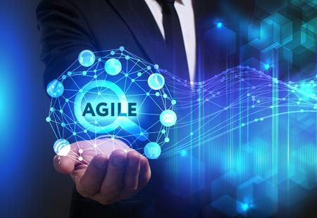 Negócios, Tecnologia, Internet e conceito de rede. Jovem empresário trabalhando em uma tela virtual do futuro e vê a inscrição: Agile Foto de archivo - 75842186