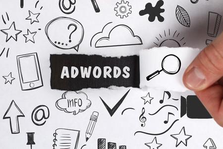 ビジネス、技術、インターネット、ネットワークのコンセプトです。青年実業家は、語を示しています: アドワーズ広告