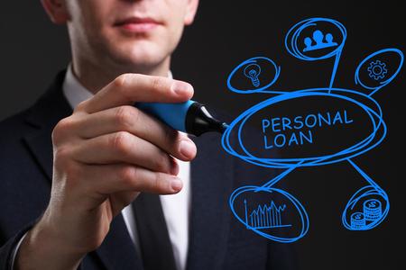 Concepto de negocio, tecnología, Internet y red. Joven hombre de negocios escribir palabra: préstamo personal Foto de archivo - 80987283