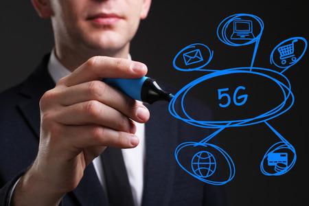 Concepto de negocio, tecnología, internet y red. Palabra de escritura joven hombre de negocios: 5G Foto de archivo - 77091410