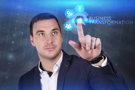 Concepto de negocio, tecnología, Internet y red. Joven empresario trabajando en una pantalla virtual del futuro y ve la inscripción: Transformación del negocio Foto de archivo - 77418930