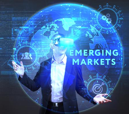 ビジネス、技術、インターネット、ネットワークのコンセプトです。未来の仮想画面に取り組んでいる若い起業家、碑文を見る: 新興市場
