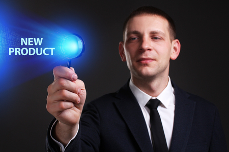 Het concept van business, technologie, internet en het netwerk. Een jonge ondernemer die aan een virtueel scherm van de toekomst werkt en de inscriptie ziet: nieuw product
