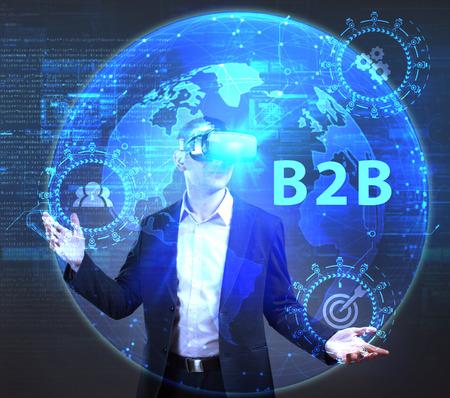 ビジネス、技術、インターネット、ネットワークのコンセプトです。未来の仮想画面に取り組んでいる若い起業家、碑文を見る: B2B 写真素材