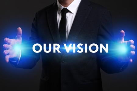 ビジネス、技術、インターネット、ネットワークのコンセプトです。未来の仮想画面に取り組んでいる青年実業家と碑文を見ている: 私たちのビジョ