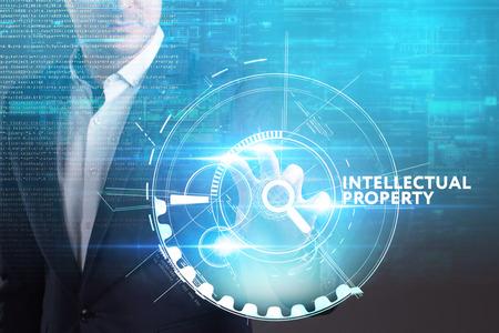 Bedrijfs-, technologie-, internet- en netwerkconcept. Jonge zakenman werken aan een virtueel scherm van de toekomst en ziet het opschrift: Intellectuele eigendom