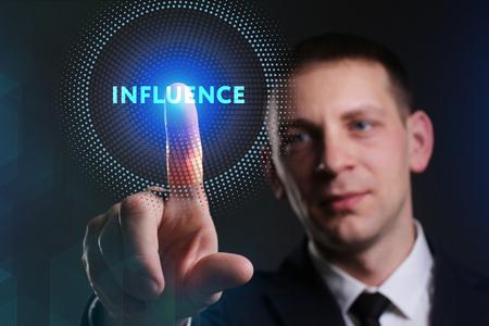 Negocio, Tecnología, Internet y el concepto de red. hombre de negocios joven que trabaja en una pantalla virtual del futuro y ve la inscripción: Influencia Foto de archivo - 83554853