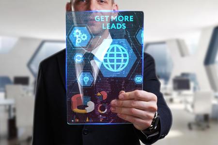 ビジネス、技術、インターネット、ネットワークのコンセプトです。未来の仮想画面に取り組んでいる青年実業家と碑文を見ている: より多くのリー