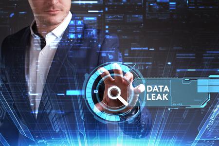 ビジネス、技術、インターネット、ネットワークのコンセプトです。未来の仮想画面に取り組んでいる青年実業家と碑文を見ている: データが漏れる