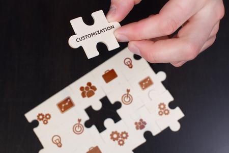 Het concept van business, technologie, internet en het netwerk. Een jonge zakenman verzamelt een puzzel met de juiste tekst: maatwerk