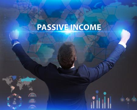 Het concept van business, technologie, internet en het netwerk. Jonge zakenman die inschrijving toont: Passief inkomen
