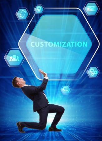 Business, technologie, internet en netwerkconcept. Jonge zakenman werkt aan een virtueel scherm van de toekomst en ziet de inscriptie: maatwerk