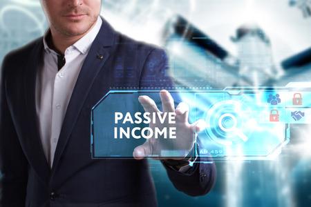 Bedrijfs-, technologie-, internet- en netwerkconcept. Jonge zakenman werken aan een virtueel scherm van de toekomst en ziet het opschrift: passief inkomen Stockfoto