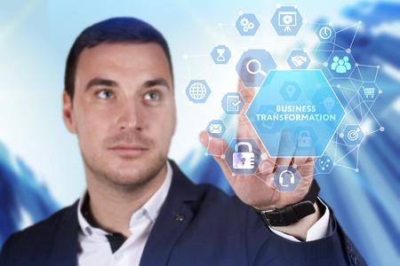 ビジネス、テクノロジー、インターネット、ネットワークの概念。未来の仮想画面に取り組む若いビジネスマンと碑文を見る:ビジネス変革
