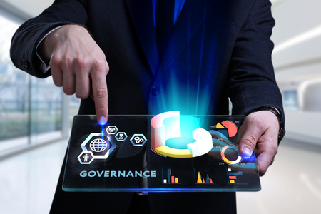 ビジネス、テクノロジー、インターネット、ネットワークの概念。未来の仮想画面に取り組む若いビジネスマンと碑文を見る:ガバナンス