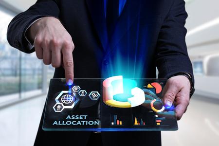 Conceito de negócio, tecnologia, Internet e rede. Jovem empresário trabalhando em uma tela virtual do futuro e vê a inscrição: alocação de ativos Foto de archivo - 92252528