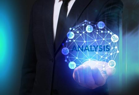 Geschäfts-, Technologie-, Internet- und Netzkonzept. Der junge Geschäftsmann, der an einem virtuellen Schirm der Zukunft arbeitet und sieht die Aufschrift: Analyse Standard-Bild