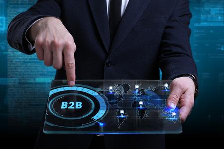 ビジネス、テクノロジー、インターネット、ネットワークのコンセプト。未来の仮想画面で働く若いビジネスマンと碑文を見る:B2B