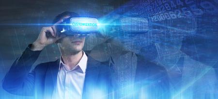 Bedrijfs-, technologie-, internet- en netwerkconcept. Jonge zakenman die in virtual reality-bril werkt, ziet de inscriptie: maatwerk Stockfoto