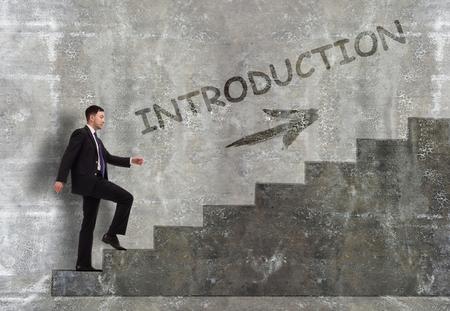 Business, Technologie, Internet und Netzwerkkonzept. Ein Jungunternehmer steigt die Karriereleiter hoch: Vorstellung