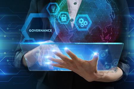 Das Konzept von Business, Technologie, Internet und Netzwerk. Ein junger Unternehmer, der an einem virtuellen Bildschirm der Zukunft arbeitet und die Inschrift sieht: Governance