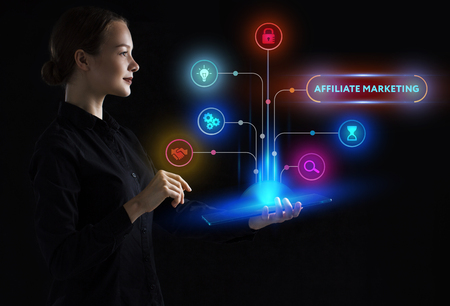El concepto de negocio, tecnología, Internet y la red. Un joven emprendedor que trabaja en una pantalla virtual del futuro y ve la inscripción: marketing de afiliación