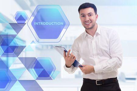 Das Konzept von Business, Technologie, Internet und Netzwerk. Ein junger Unternehmer arbeitet an einem virtuellen Bildschirm der Zukunft und sieht die Aufschrift: Einführung Standard-Bild