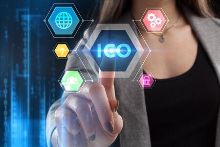 El concepto de negocio, tecnología, Internet y red. Un joven emprendedor que trabaja en una pantalla virtual del futuro y ve la inscripción: ICO
