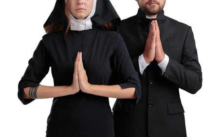 Nonne und Priester, die auf einem weißen Hintergrund getrennt beten. Standard-Bild - 87643958