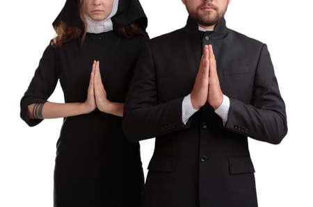 Niemand en priester bidden geïsoleerd op een witte achtergrond. Stockfoto