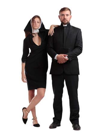 Katholieke priester en non isoleed op een witte achtergrond. Stockfoto